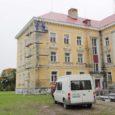 Orissaare endise internaatkooli hoone ümber on paigaldatud tellingud ja käivad fassaaditööd. Lubatud vanadekodu ehituse algusest pole aga veel midagi kuulda.