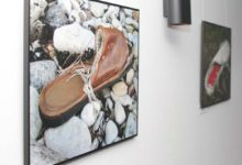 Heidi Pupparti rannast leitud kingad Ajamaja galeriis