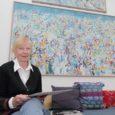 Liina Haamer-Waller (76) on nukras tujus. Ta sorteerib ja pakib asju, sest veel paar nädalat ja siis on ta Kuressaarest läinud. Tagasi Rootsi. Sinna, kus ta on elanud kuuskümmend aastat oma elust, kus on ta lapsed ja lapselapsed…
