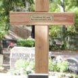 """Eelmise reede Saarte Hääles ilmus uudis """"Sõna """"kommunistlik"""" mälestusristile ei tule"""". Jutt käis ristist, mis paigaldati samal päeval Kudjape kalmistule 1941. aastal Kuressaare lossihoovis mõrvatute mälestuseks."""