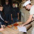 Laupäeval avasid Angla pärandkultuurikeskuses siin esmakordselt teoks saava leivanädala esimeste külastajatena kolmteist Kuressaare väikelastekodu kasvandikku koos kasvatajatega.
