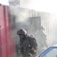 Juba mitu hommikut järjest on Kuressaare päästekomando hoovi peal tähelepanu tõmmanud suitsev konteiner, mille ümber askeldavad maskides päästjad.