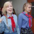 """Aastakümnete vanuseid koolivorme ja punaseid pioneerirätte kandes laulsid Saaremaa ühisgümnaasiumi õpilased eile """"Olgu jääv meile päike"""", lugesid nõukaaja lasteluuletusi, sõid söögivahetunnil vorstikastet makaronidega ja magustoiduks legendaarset kakaokisselli moosiga."""