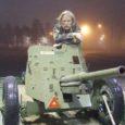 Üleeile hilisõhtul jõudis 45-millimeetrine Vene päritolu tankitõrjekahur Laidoneri muuseumist sõiduauto haagises läbi Tallinna sõites Virtsu, sealt üle Suure väina Kuivastusse ja Muhust otseteed Sõrve poolsaare tipus asuvasse militaarmuuseumisse.