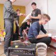 """""""Nüüd on hoopis parem tunne proove teha,"""" ütles Lauri Põld ansamblist The Werg, kui kuus poissi erinevatest noortebändidest Kuressaare noorte huvikeskuse bändiruumile viimast lihvi andsid."""