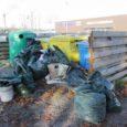 Kolmapäeva hommikul olid Kuressaare avalikud prügikogumiskohad nii Kaare tänaval kui ka Maxima parkla juures prahti täis veetud ja prügikotte vedeles ka konteinerite ümber.