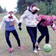 Eelmisel reedel võis Kuressaare linnas märgata kummaliselt käituvaid noori. Ühed üritasid linnaelanikele mingeid asju müüa, teised laulsid turuväravas oma hümni ja osa mängis, joogitopsid silme ees, Kuressaare gümnaasiumi terviseraja juures jalgpalli.