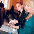Kuressaare gümnaasiumi 12. klassi õpilased Hanna Martinson ja Deisi Juns korraldasid kevadel heategevusaktsiooni Haapsalu väikelastekodu laste toetuseks. Selle teo eest tunnistas ÜRO lastefondi UNICEF Eesti rahvuskomitee tüdrukud 2011. a Sinilinnu aastapreemiate konkursil UNICEF-i hõbedase tänumärgi väärilisteks.