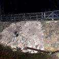 """Kuressaare lossi peasissekäigu ees olevast tammist suur osa varises sisse. """"Olukord on üsna avariiline,"""" ütles Saaremaa Muuseumi direktor Endel Püüa, kelle sõnul toimus varing hommikul kella 9 paiku."""