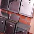 Kümned Kuressaare linna kortermajade elanikud avastasid laupäeval värskeid ajalehti tooma minnes, et nende postkastid on lahti murtud ja saadetised trepile laiali loobitud.