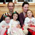 Vaivere külas Paju talus on end õdusalt sisse seadnud üks põnev pesakond, kus isa räägib lastega eesti, ema inglise keeles ning ema ja isa omavahel inglise ja rootsi keeles.