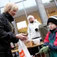 Eile jagasid Kuressaare gümnaasiumi 12.b klassi õpilased kultuurikeskuse ees suppi, kuuma teed, piparkooke, muusikalist keskkonda ja head tuju.