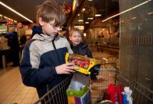 Inglipuu jagas lastele kingitusi
