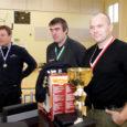 Eile Mustjala valla spordisaalis peetud maakonna meistrivõistlustel käesurumises oli vägevaim mees Fred Pokk (paremal) Laimjala vallast.
