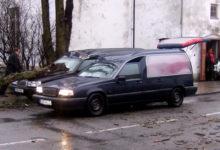 Puuoks lömastas matuseauto