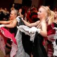 """Saaremaa ühisgümnaasiumi 95. lennu 22. kabaree, mis esietendus traditsiooniliselt kooli õpetajate jõulupeol, kannab nime """"La Revolution du Cabaret""""."""