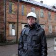 """Enamik Kuressaare linna nn kolemaju, mis on kokku kukkumas ja mille saatusest ei näi keegi hoolivat, pääseb suures osas ka sundvõõrandamisest, kuna linnal puudub selleks raha. Tsiteerides linnaarhitekt Hannes Koppelit: """"Tuleks prints valgel hobusel, küll siis välja mõeldaks, mis nende majadega teha."""""""