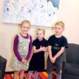 """Kui kunstnik Anne Olop selle aasta alguses Kuressaare Ristiku lasteaeda ametiasju ajama läks, üllatas päevakodu peret kunstnikul kaenlas olev """"suur asi"""", mis oli kenasti paberisse mähitud. Tegemist oli juba teise maaliga, mis Anne Olop Smuuli tänava lasteaiale kingib."""