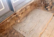 Kirikust leiti vanad hauaplaadid