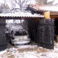 Eile ennelõunal lahvatas Leisi vallas Kopli külas põlema puidust hoone, mis pakkus varju põllutööriistadele ja sõiduautole. Olukorda kontrollima läinud peremees sai põletushaavu ja tema auto hävis tules täielikult.