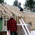 Eile ennelõunal kinnitasid ehitajad osaühingust Valjala Ehitus Anseküla seltsimaja sarikate külge pärja. Vana tava kohaselt pannakse pärg katusele pärast sarikate paigaldamist.