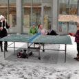 Eile pärastlõunal, kõige tihedama lumesaju ajal avanes Kuressaare kultuurikeskuse ees kummaline vaatepilt – otse maja ette oli valmis seatud pingpongilaud ja selle kõrvale istujate ootel diivan. Laua äärde mängima ja vahelduseks sooja kakaod rüüpama astus iga natukese aja tagant mõni uudishimulik õpilane.