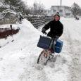 Mahasadanud lumi jättis Kaarmal väikse lapsega auto lumevangi ning mitmed teisedki sõidukijuhid olid sunnitud oma sõiduvahendi lume alt välja kaevama. Ilmavaatlejate hinnangul on Saaremaal sama palju lund kui Otepääl, kuid selle talve lumerohkeim päev jääb siiski jaanuarikuusse. Lume sulamist lähiajal oodata ei ole.