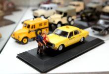 Siivutud nukud vallatlevad automudelite näitusel