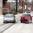 Paar päeva tagasi kirjutas Saarte Hääl, et Kuressaare linnatänavad on lumerohkuse tõttu kohati läbimatud. Illustratsiooniks oli foto Uuel tänaval teineteisest vaevu mööda mahtuvatest autodest.