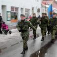 Vabariigi aastapäeval Kuressaare kesklinnas toimunud kõnekoosolekut ilmestas sel korral Kaitseliidu kohaliku maleva pidulik sissemarss.