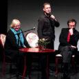 """Suurele Muhulasele Juhan Smuulile pühendatud kirjandus- ja teatrifestival """"Meretagune asi"""" tõi eile Kuressaare Linnateatrisse täismaja, suur osa neist koolinoored."""