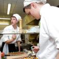 Kui jälgida Saare maakonnas pakutavaid vabu töökohti ja noppida nende hulgast välja võimalikud hooajatööd, siis jääb silma, et just nimelt kokkadel küll tööpuudust karta ei ole. Nendest on pigem puudus.