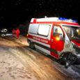 Esmaspäeva õhtul kaotas kiirabiauto Valjala lähistel halbade teeolude tõttu juhitavuse ja põrkas kokku vastutuleva sõidukiga. Õnnetuses sai kergemalt vigastada 26-aastane Alar, kes toimetati Kuressaare haiglasse tervisekontrolli.