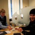 Neljandikul Saare maakonna elanikest lõpeb sel aastal passi või ID-kaardi kehtivus, mis toob ka kodakondsus- ja migratsioonibüroo Kuressaare teeninduse ametnikele rohkem tööd.