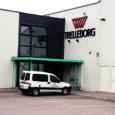 Teisipäeva hommikul juhtus õnnetus Kuressaares Trelleborgis, kus mitusada kilo kaalunud metallplaat töötajale peale libises ja mehe jalaluu purustas. Kiirabiga haiglasse viidud mehe vigastused ei olnud siiski ülirasked ja mees lubati kodusele ravile.