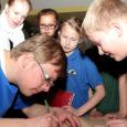 """Reedel Kuressaare kultuurikeskuses õpilastega kohtunud soomlasest lastekirjanik Mika Keränen leiab, et hea lasteraamat peab lugejat köitma kohe algusest. """"Kui esimene lehekülg pole põnev, siis laps teist lehekülge ei pööragi,"""" teab eesti lastele krimkasid kirjutav mees."""