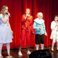15. aprillil andsid Kuressaare gümnaasiumi noored talendid linnarahvale kontserdi. Traditsiooniline galakontsert sai teoks juba kümnendat korda. Juubelihõnguline pidu tõi kohale nii emad-isad, vanaemad-vanaisad kui ka muud rahvast.