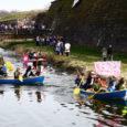 Traditsiooniliselt avati eile Kuressaare ja kogu maakonna turismimihooaeg Vallikraavi veeralliga. Linnuse vallikraavis sõideti võidu nii etteantud sõiduvahenditega kui ka isetehtud veesõidukitega. Kohale olid saabunud ka surfarid.