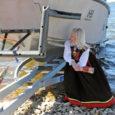 """""""Saagu sinu nimeks Vilsandi!"""" hõikas eile keskpäeval Papissaare sadamas uue Vilsandi laeva ristiema – toimekas Kihelkonna noorik, pereema ja Kuressaare ametikoolis õppiv Annika Allak."""