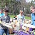 """Eile vingusid Kärla põhikooli spordiväljaku juures saed, mühises lõke ja toimetasid talgulised. Üleriigilise talgupäeva """"Teeme ära"""" tähe all puhastati kooli spordiväljaku äärne ala puudest ja võsast. Mahavõetud puudest said kohapeal küttepuud, mis viiakse valla vähekindlustatud peredele."""