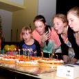 """Mullu oktoobris 30-aastaseks saanud Kuressaare kunstikool avas eile kultuurikeskuse saalis oma õpilaste loomingu näituse """"30 aastat 3 majas""""."""