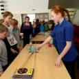 """2011./12. õppeaasta on Eestis välja kuulutatud teadusaastana. Selle raames toimus 4. mail Saaremaa ühisgümnaasiumis 3.–4. klassidele esimene maakondlik teaduspäev """"Teadmistega suvele vastu""""."""