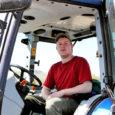 Kolmapäeval koristas Martin Salu oma New Hollandiga Triigi teeristi lähedal põllul kive.