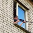 Politsei alustas väärteomenetlust poisi vastu, kes eelmisel nädalal Tornimäel kortermaja aknast püssiga lasteaia poole sihtis, kommenteerides, et hirmutab lapsi.