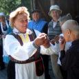 Tornimäe lähedal Veere küla külaplatsil andsid Pöide, Muhu ja Leisi valla taidlejad laupäeval publikule kodukandi ainetel koostatud humoorika-meeleoluka kontsertetenduse.