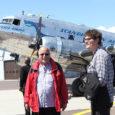 """Ühtekokku 11 ajakirjanikku erinevatest Rootsi väljaannetest maandus eile Kuressaare lennuväljal 1943. aastal valminud hõbedase lennukiga DC3: SE-CFP ehk hellitavalt Daisy. """"See on hoopis mugavam lennuk, kui arvata võib! Jalgadel näiteks […]"""