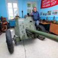 PAUKU SEE EI TEE: Põline sõrulane, muuseumi giid Enno Lind tutvustab külastajaile kõige suuremat huvi pakkuvat eksponaati, Vene sõjaväe 45 mm kahurit. Foto: Sander Ilvest Sääre ajalootoast välja kasvanud Sõrve […]