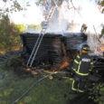 """Augusti alguses Orissaare vallas Kavandi külas äikese põhjustatud tulekahjus kõrvalhoonest ilma jäänud pererahva arvates on nende varakaotuse põhjuseks tuletõrjujate saamatus. """"Kõrvalhoone ja see vara, mis seal oli, hävis tuletõrje oskamatuse […]"""
