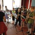 """Homme lõpeb 29. juulil alanud noorte muusikalaager, mis toimub Mustjala vallas Võhma külamajas juba kolmandat korda. Kuuel päeval tegelevad noored muusikud intensiivselt improvisatsiooni, rütmika ja grupis mängimisega. """"Kuna improvisatsiooniõpetus koos […]"""