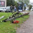 """Eile kukkus Kuressaares Smuuli tänaval otse keset sõiduteed raudkonstruktsioonidega varustatud sidepost. Autoga samal ajal Tallinna tänavalt Smuuli tänavale keeranud noormees jõudis õnneks pidurdada ning pääses vigastustest ülinapilt. """"Napilt, napilt õnnestus […]"""